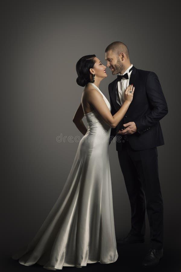 减速火箭的夫妇,长的白色礼服的穿着体面的妇女,典雅的人 免版税图库摄影
