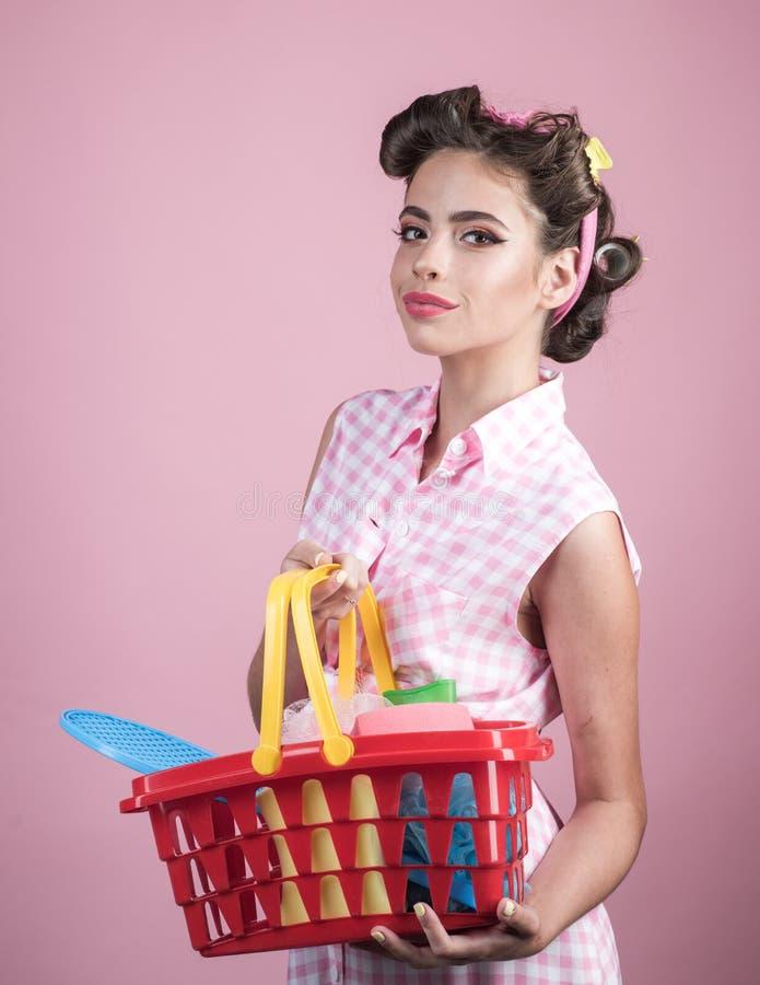 减速火箭的妇女去购物与充分的推车 在购买的储款 网上购物的app 享受网上购物的愉快的女孩 库存图片