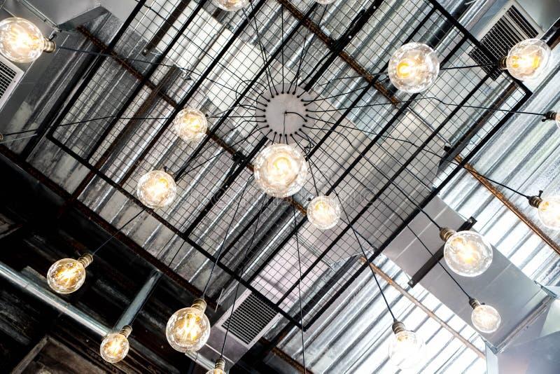 减速火箭的工业天花板黄色电灯泡灯 免版税库存图片
