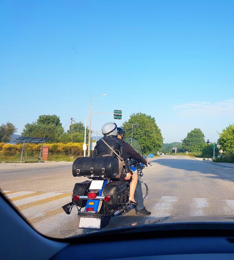 减速火箭的摩托车和旅行在春天早晨的夫妇 库存图片