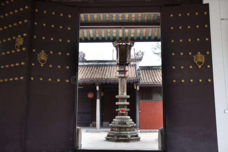 减速火箭的木门和古色古香的敲在Teochew市处理门在开元寺在潮州,中国 库存图片