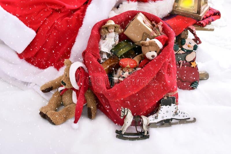 减速火箭的样式戏弄,在圣诞老人大袋的圣诞节礼物 免版税库存图片