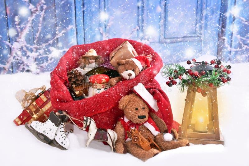 减速火箭的样式戏弄,在圣诞老人大袋的圣诞节礼物 库存照片