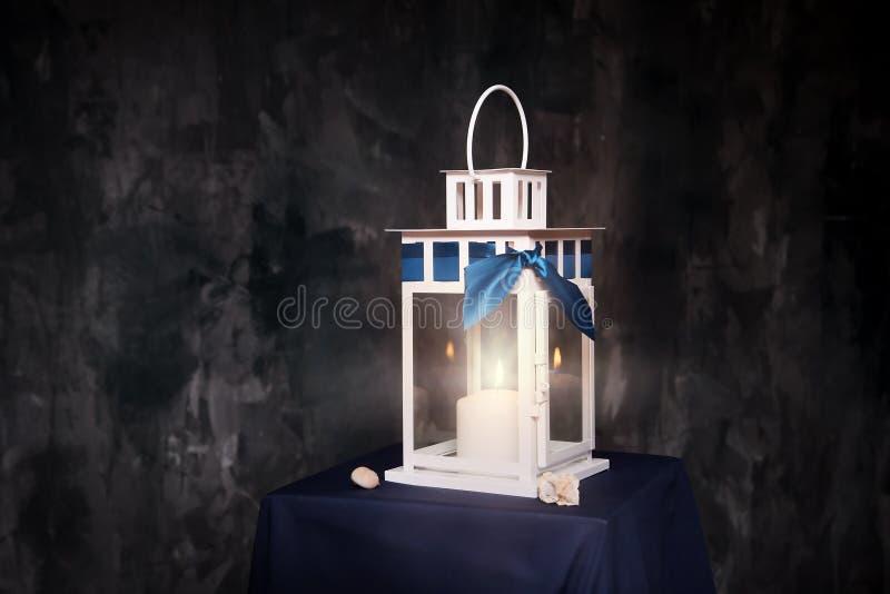 减速火箭的样式灯笼,有被点燃的蜡烛的灯 室内 免版税库存图片