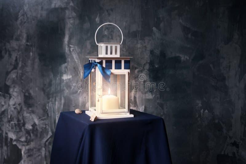 减速火箭的样式灯笼,有被点燃的蜡烛的灯 室内 图库摄影