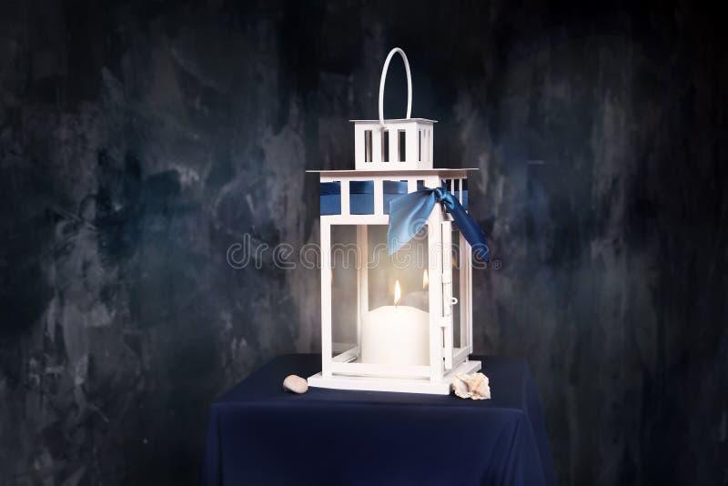 减速火箭的样式灯笼,有被点燃的蜡烛的灯 室内 库存照片