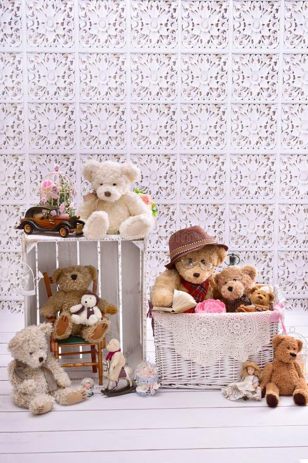减速火箭的样式玩具熊在屋子里 免版税库存照片