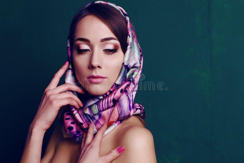减速火箭的样式的华美的妇女,与典雅的丝绸围巾 库存照片