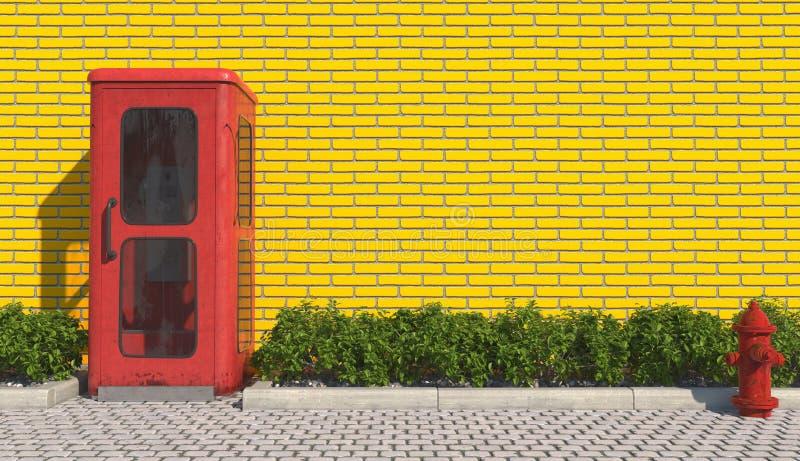 减速火箭的样式的唯一老红色电话亭在都市外部的小径在黄色砖墙和r的门面对面 免版税库存照片