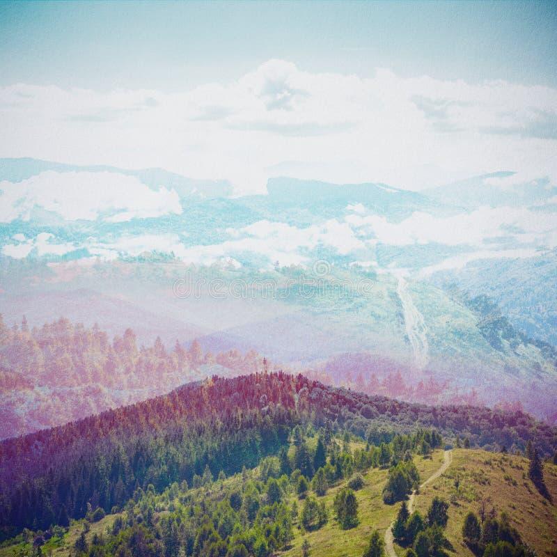 减速火箭的样式的童话森林 被构造的纸葡萄酒 山风景, 向量例证