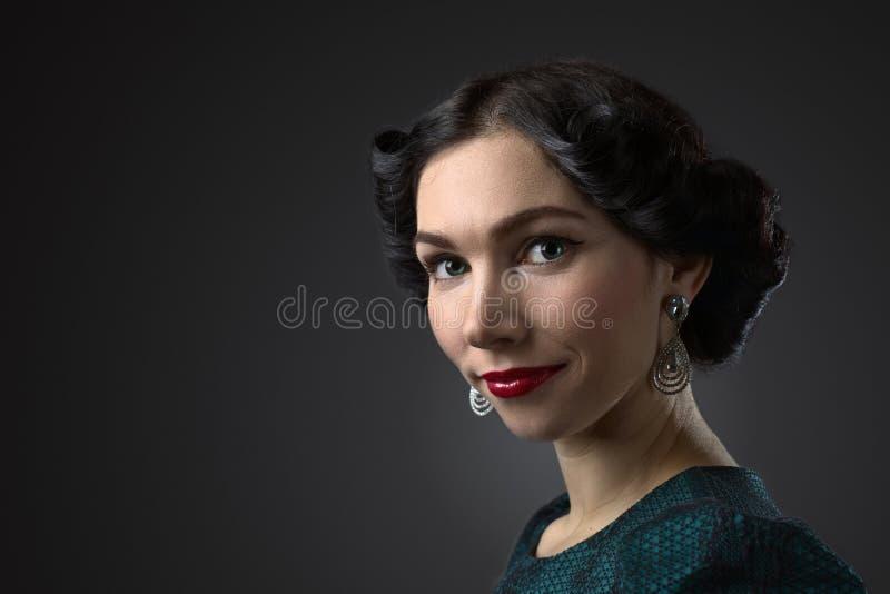 减速火箭的样式的年轻美丽的妇女 图库摄影
