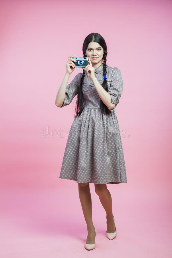 减速火箭的样式礼服的美丽的小姐有葡萄酒照片照相机的 库存图片