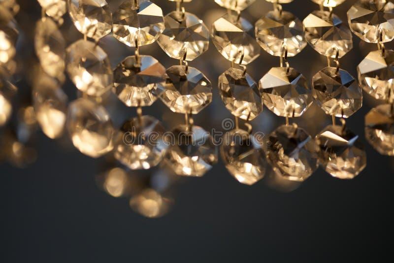 减速火箭的样式水晶枝形吊灯 透明下垂宏观看法 轻的背景软的焦点 免版税库存照片