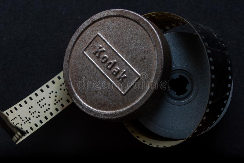 减速火箭的模式媒介柯达Kodachrome规则8mm影片罐卷kalyan mahara印度 免版税库存照片