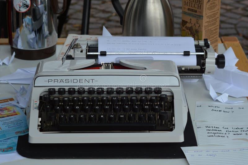 减速火箭的模式经典打字机书桌 库存图片