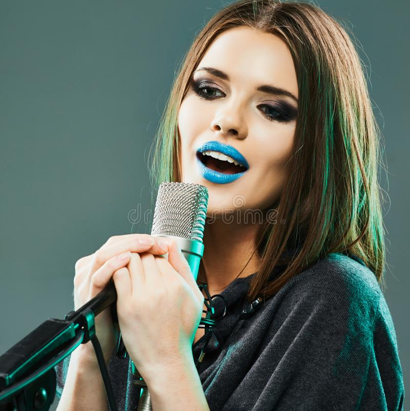 减速火箭的歌唱家样式妇女年轻人 卡拉OK演唱 库存图片