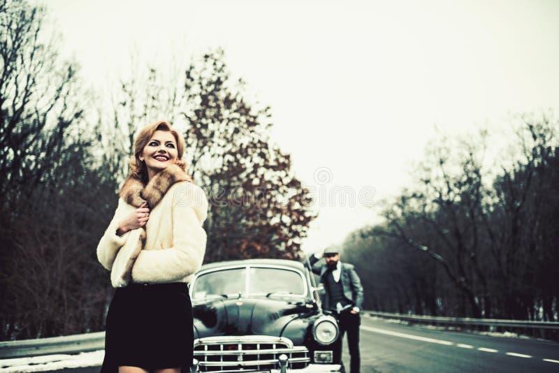 减速火箭的汇集汽车和汽车修理由技工司机 在爱的夫妇在浪漫日期 女孩的伴游由安全的 免版税库存照片