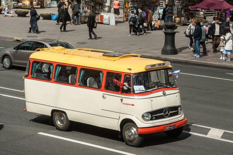 减速火箭的汽车第三次圣彼德堡游行在涅夫斯基赞成的 库存照片