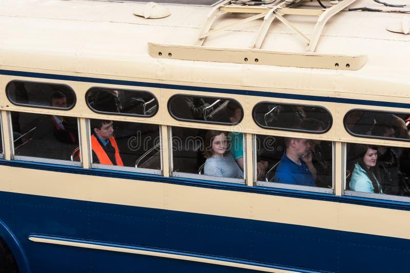 减速火箭的汽车第三次圣彼德堡游行在涅夫斯基赞成的 免版税库存照片