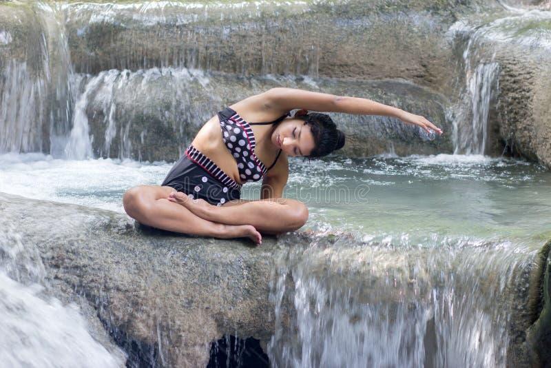 减速火箭的泳装妇女 图库摄影