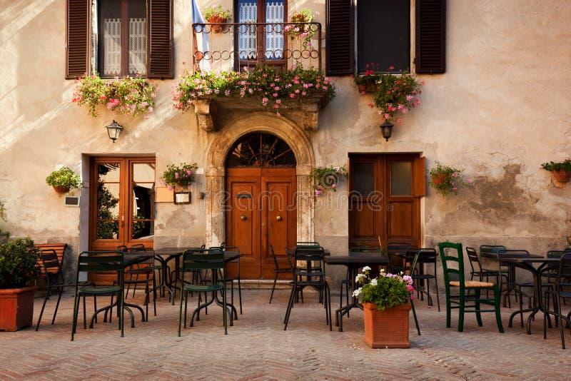 减速火箭的浪漫餐馆,咖啡馆在一个小意大利镇 意大利葡萄酒 免版税库存照片