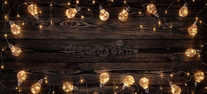 减速火箭的电灯泡阐明的木背景 图库摄影