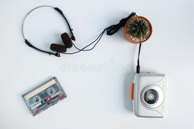 减速火箭的盒式磁带和便携式的录音磁带播放机有收音机的在白色地板上 免版税库存照片