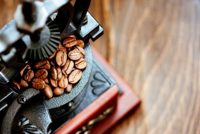 减速火箭的磨咖啡器和咖啡豆 库存照片