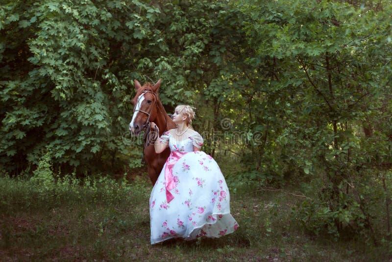 减速火箭的礼服的妇女有马的 免版税库存图片