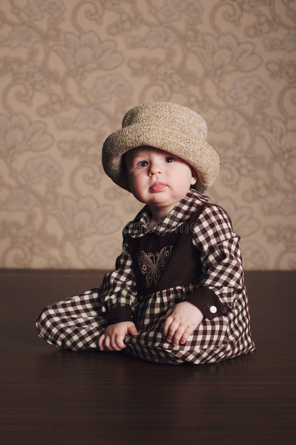 减速火箭的礼服的小滑稽的女孩 免版税库存图片