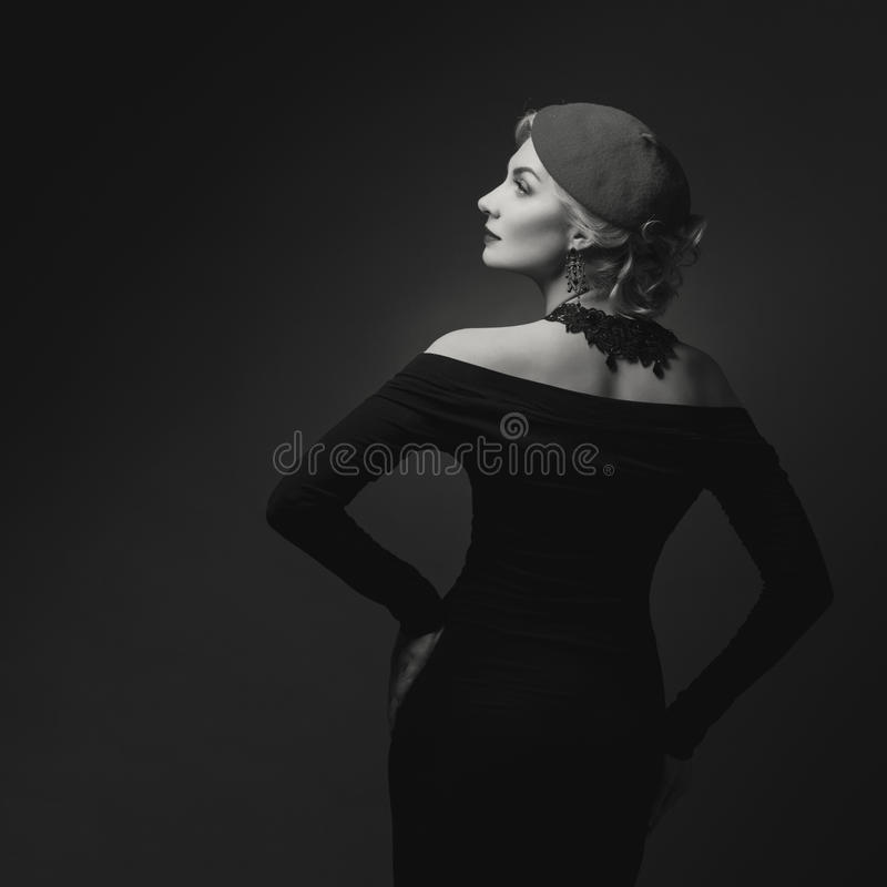 减速火箭的礼服的样式美丽的夫人 免版税图库摄影