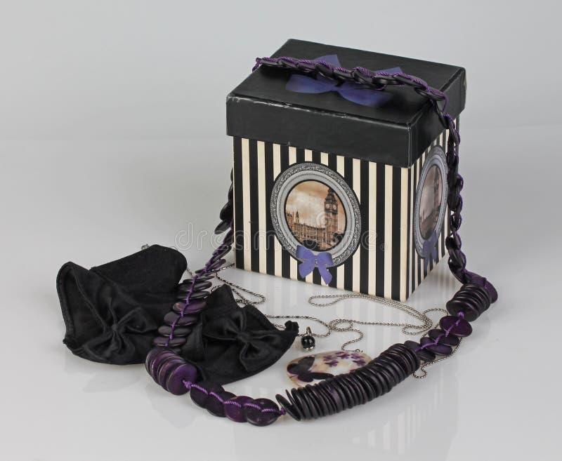 减速火箭的箱子,紫色项链和黑手套的图片 照片拍摄时间: april 07th图片