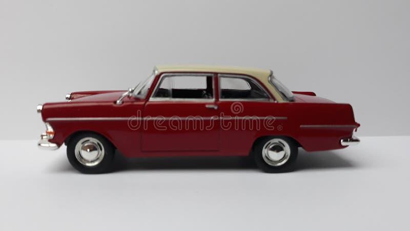减速火箭的红色玩具汽车 免版税库存照片