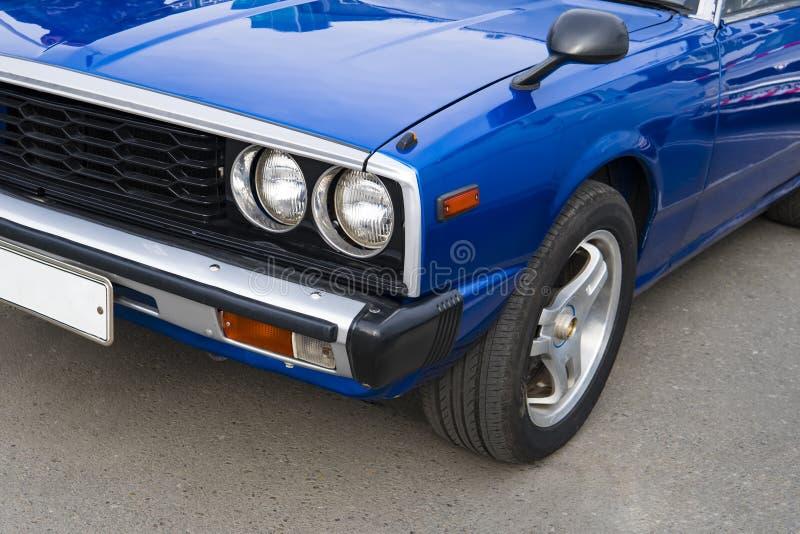 减速火箭的经典汽车葡萄酒样式车灯灯  20世纪的优美的蓝色发光的car60-70岁月在减速火箭的陈列的 图库摄影