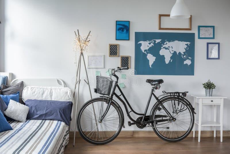 减速火箭的自行车在青少年的卧室 库存照片