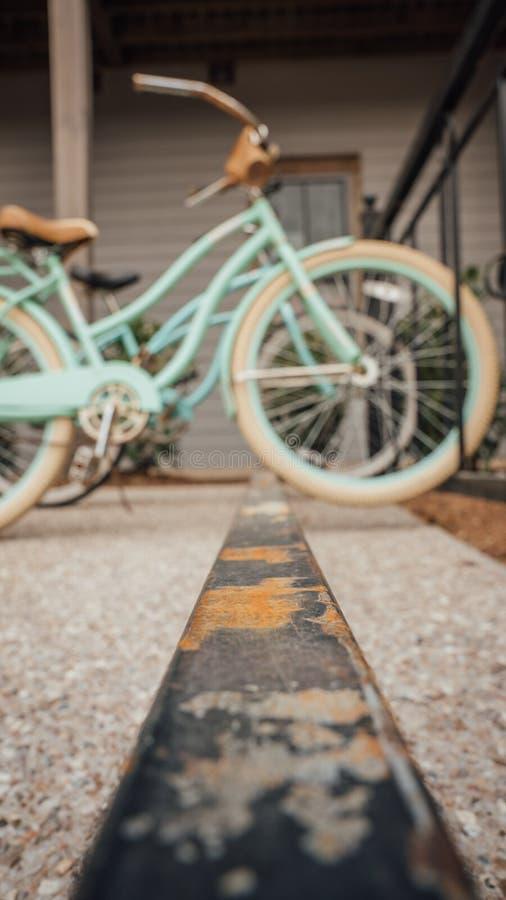 减速火箭的自行车坐一个生锈的自行车机架 免版税库存照片