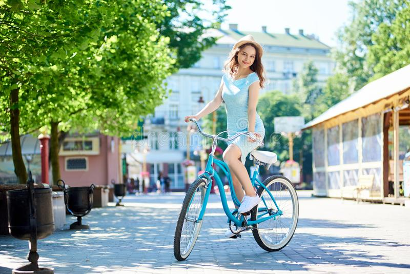 减速火箭的自行车的夫人神奇看照相机,夏天 免版税图库摄影