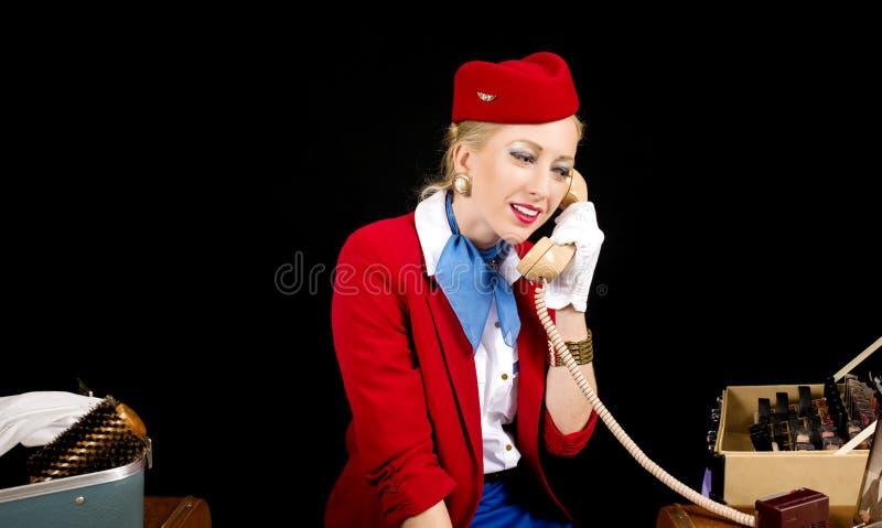 减速火箭的航空公司空中小姐为工作做准备和谈话在T 免版税图库摄影