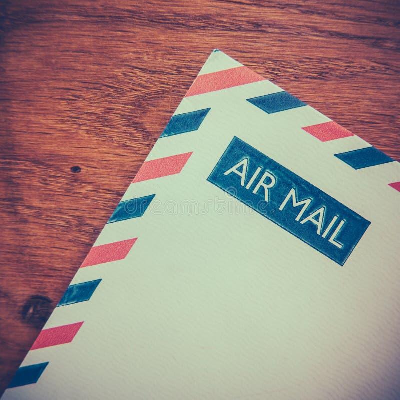 减速火箭的航空邮件信封 图库摄影