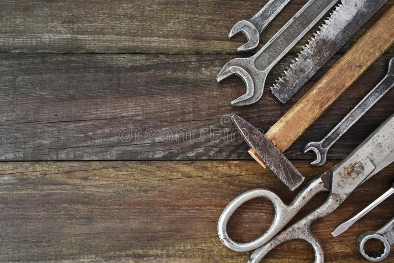减速火箭的葡萄酒木制品设备集合 锤子剪在棕色纹理木板条背景的螺丝刀 ? 免版税库存图片