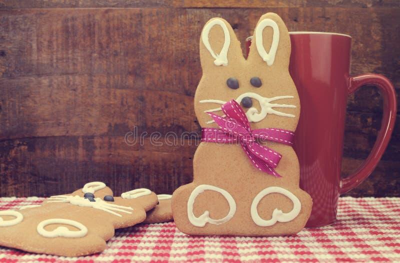 减速火箭的葡萄酒样式愉快的复活节兔子兔子姜饼曲奇饼 库存图片