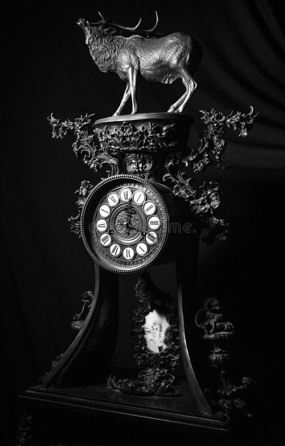 减速火箭的葡萄酒老时钟细节在黑白关闭  免版税库存图片