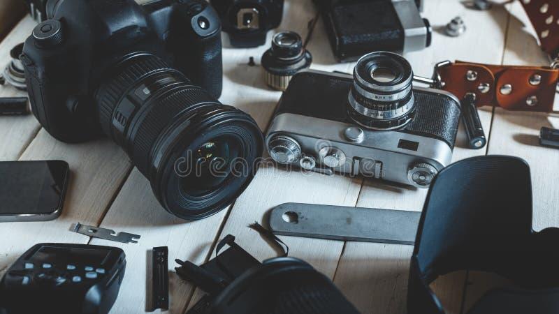 减速火箭的葡萄酒胶卷相机、DSLR照相机和辅助部件技术开发概念 特写镜头 免版税图库摄影
