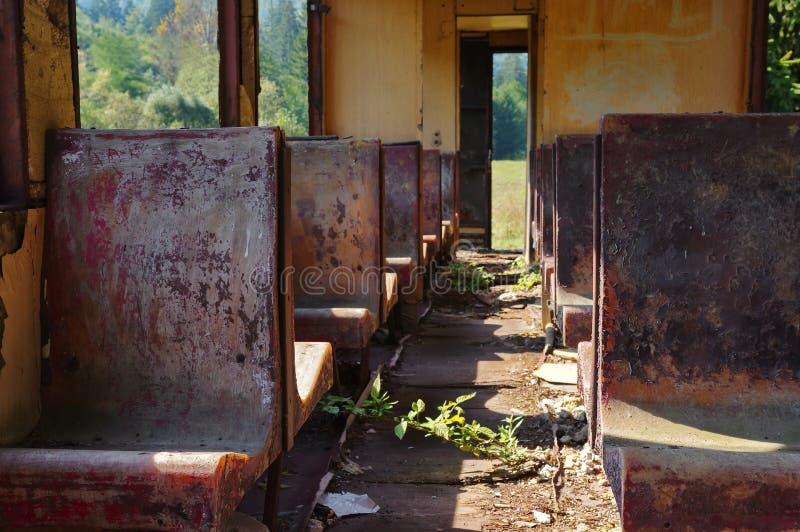 减速火箭的葡萄酒被放弃的火车 免版税库存图片