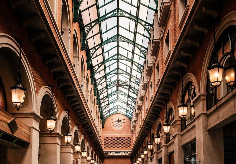 减速火箭的葡萄酒走廊-与玻璃屋顶的拱道拱廊 库存照片