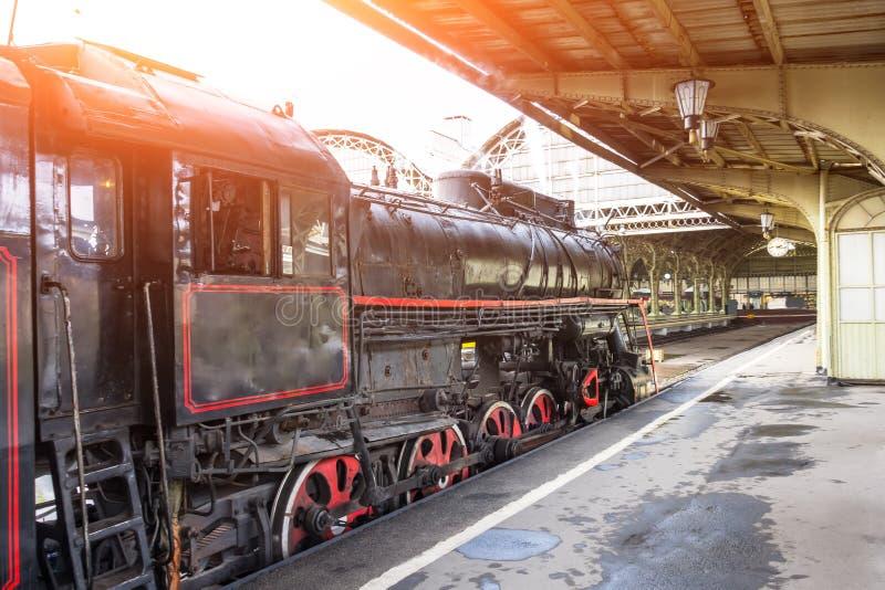 减速火箭的蒸汽机车火车在火车站站立 免版税库存照片