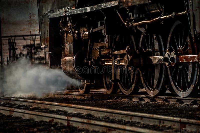 减速火箭的蒸汽火车转动打开铁路轨道与蒸汽 免版税库存图片