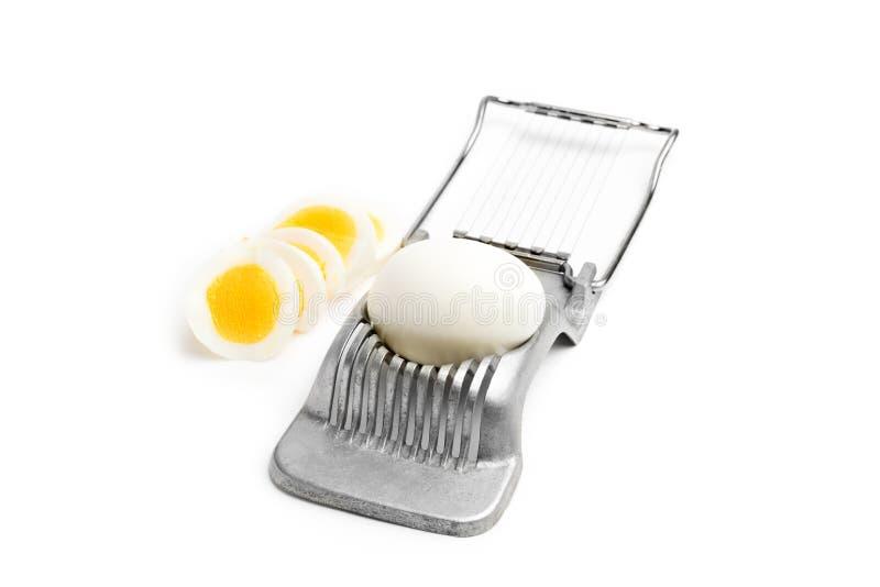 减速火箭的蛋切片机和鸡蛋在白色背景 免版税图库摄影