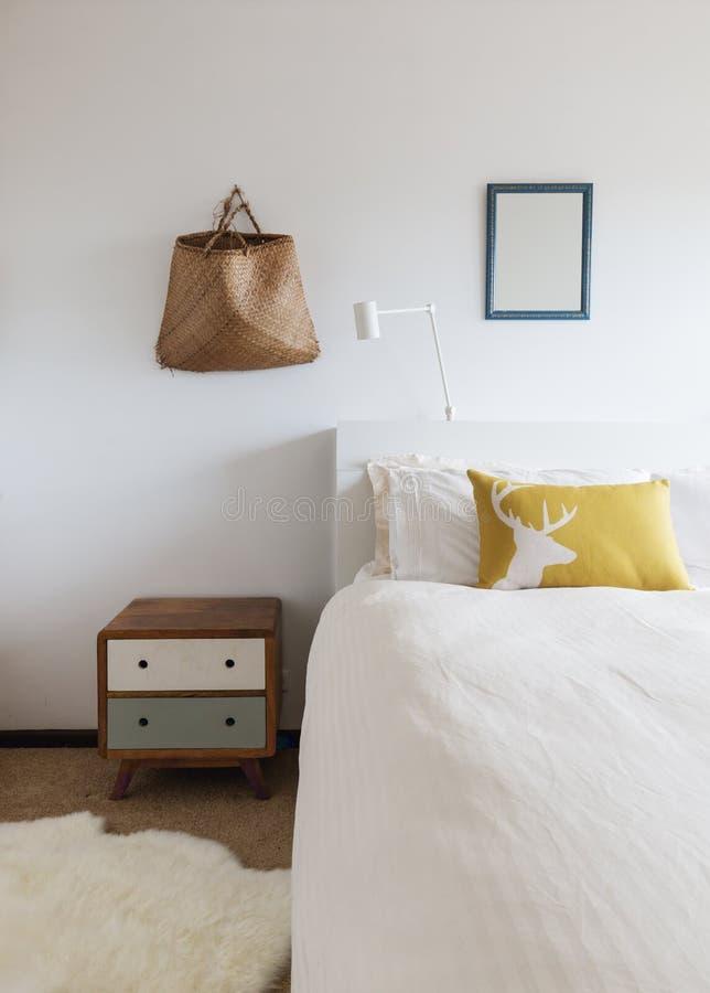 减速火箭的装饰边桌和墙壁装饰品卧室细节  库存图片