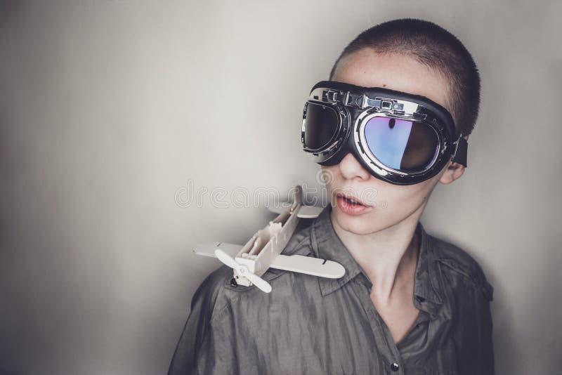 减速火箭的试验玻璃的女孩与木飞机 库存照片